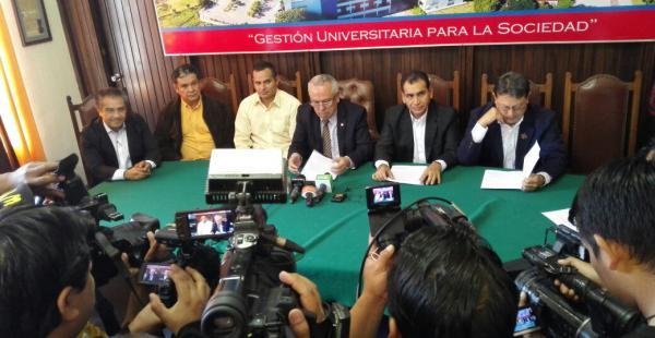 Rector de la Uagrm, Manfredo Menacho, en conferencia de prensa