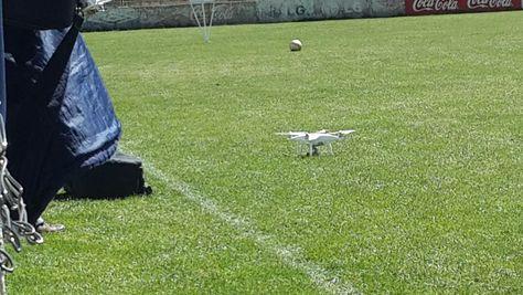El dron de Bolívar en tierra, en la cancha del estadio de Tembladerani.