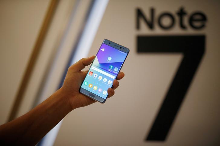 © Reuters. Samsung pide a los usuarios del Galaxy Note 7 que lo apaguen y lo devuelvan