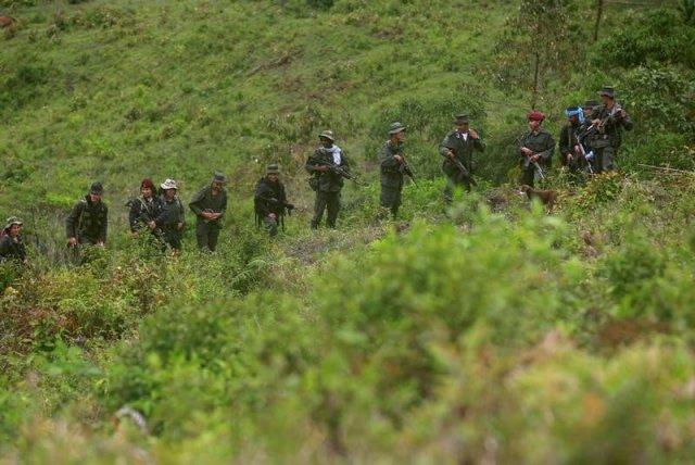 En la imagen, miembros Miembro del Frente 51 de las Fuerzas Armadas Revolucionarias de Colombia (FARC) patrullan en las remotas montañas de Colombia REUTERS/John Vizcaino. La guerrilla de las FARC entregó el sábado al Comité Internacional de la Cruz Roja a los primeros ocho menores de edad que pertenecían a sus filas, como parte de los acuerdos de paz que logró con el Gobierno de Colombia para acabar con el conflicto armado de más de medio siglo en el país sudamericano. El Gobierno del presidente Juan Manuel Santos y las izquierdistas Fuerzas Armadas Revolucionarias de Colombia (FARC) concluyeron en agosto una negociación de casi cuatro años en Cuba para acabar con la violenta confrontación, que ha dejado 220.000 muertos y millones de desplazados.