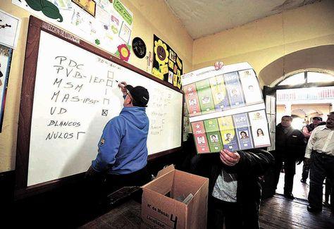 proceso. Jurados electorales durante el cómputo de votos de 2014. Foto: Wara Vargas