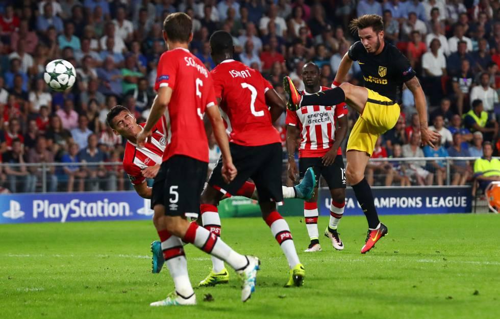 Saúl conecta la volea que dio la victoria al Atlético ante el PSV.