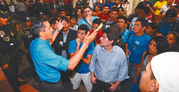 Miguel Cadima arenga a los estudiantes y les advierte, según él, de la posibilidad de un fraude