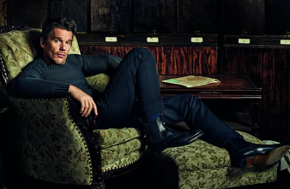 El actor texano viste suéter Tod´s, pantalones Sandro y botas Gucci.