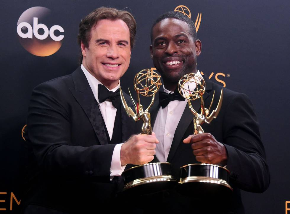 John Travolta y Sterling K. Brown con dos de los premios de
