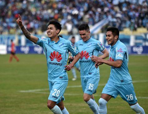 Maygua, autor del cuarto gol, perseguido por Callejón y Saavedra.