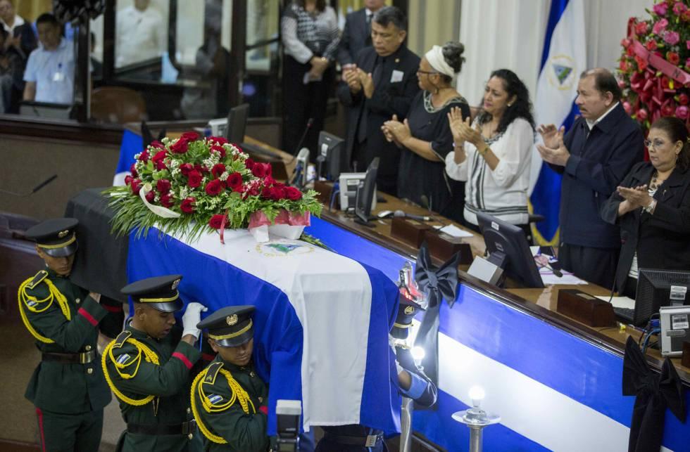 El presidente nicaragüense, Daniel Ortega, aplaude al paso del ataúd con el cuerpo de René Núñez.