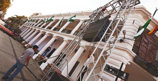 Funcionarios instalan el palco oficial. Habrá tres pantallas gigantes