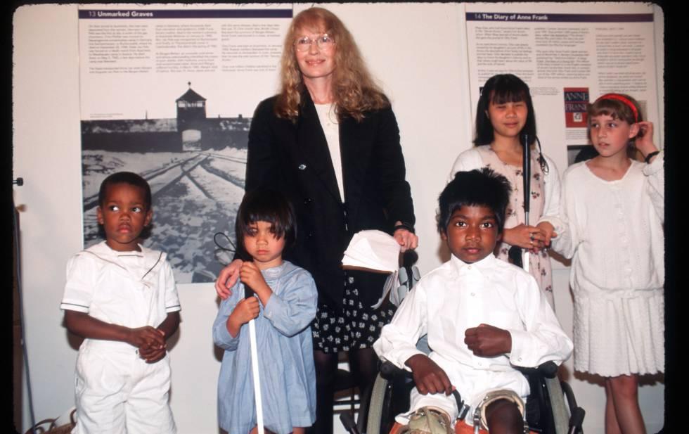 Mia Farrow con cinco de sus hijos en 1996. Foto en la que está Thaddeus, el tercero por la derecha.