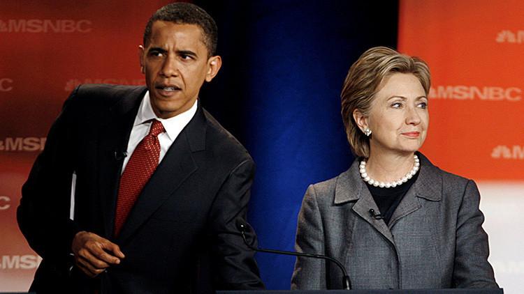 Barack Obama y Hillary Clinton, candidatos a la presidencia de EE.UU. por el Partido Demócrata en aquel entonces, esperan el inicio del debate en la Universidad de Carolina del Sur en Orangeburg (Carolina del Sur, EE.UU.), el 26 de abril de 2007.