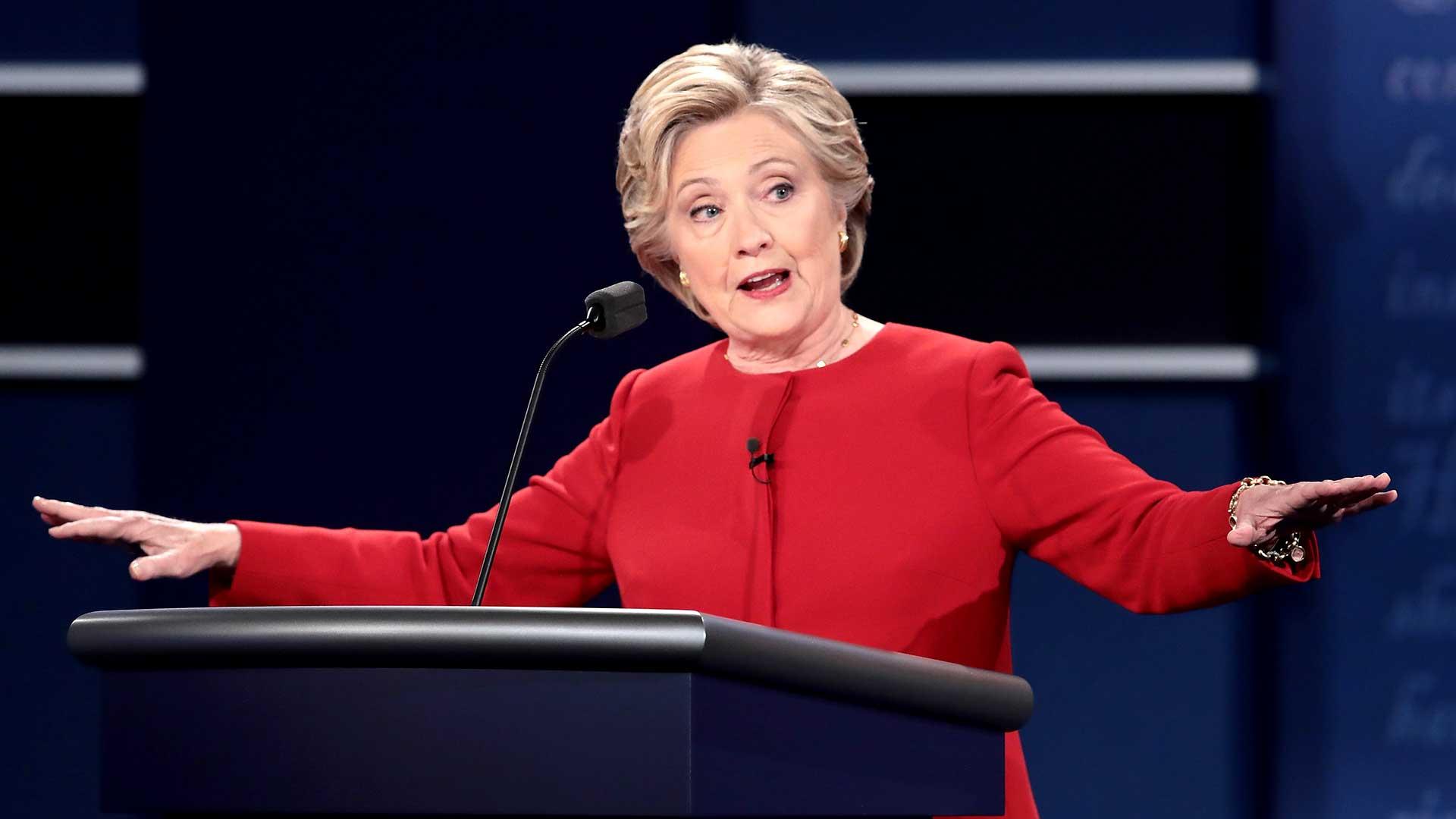 """(AFP) Sobre la cuestión controvertida de los mails, Clinton dijo que asume la responsabilidad de usar el servidor privado para sus mails como Secretario de Estado. """"Cometí un error usando mi mail privado"""", dijo Clinton"""