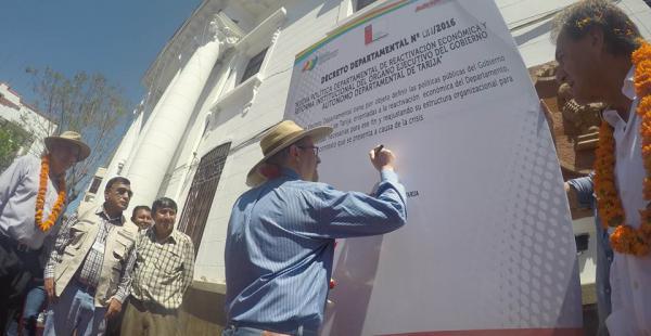El gobernador Oliva pone su firma en el decreto