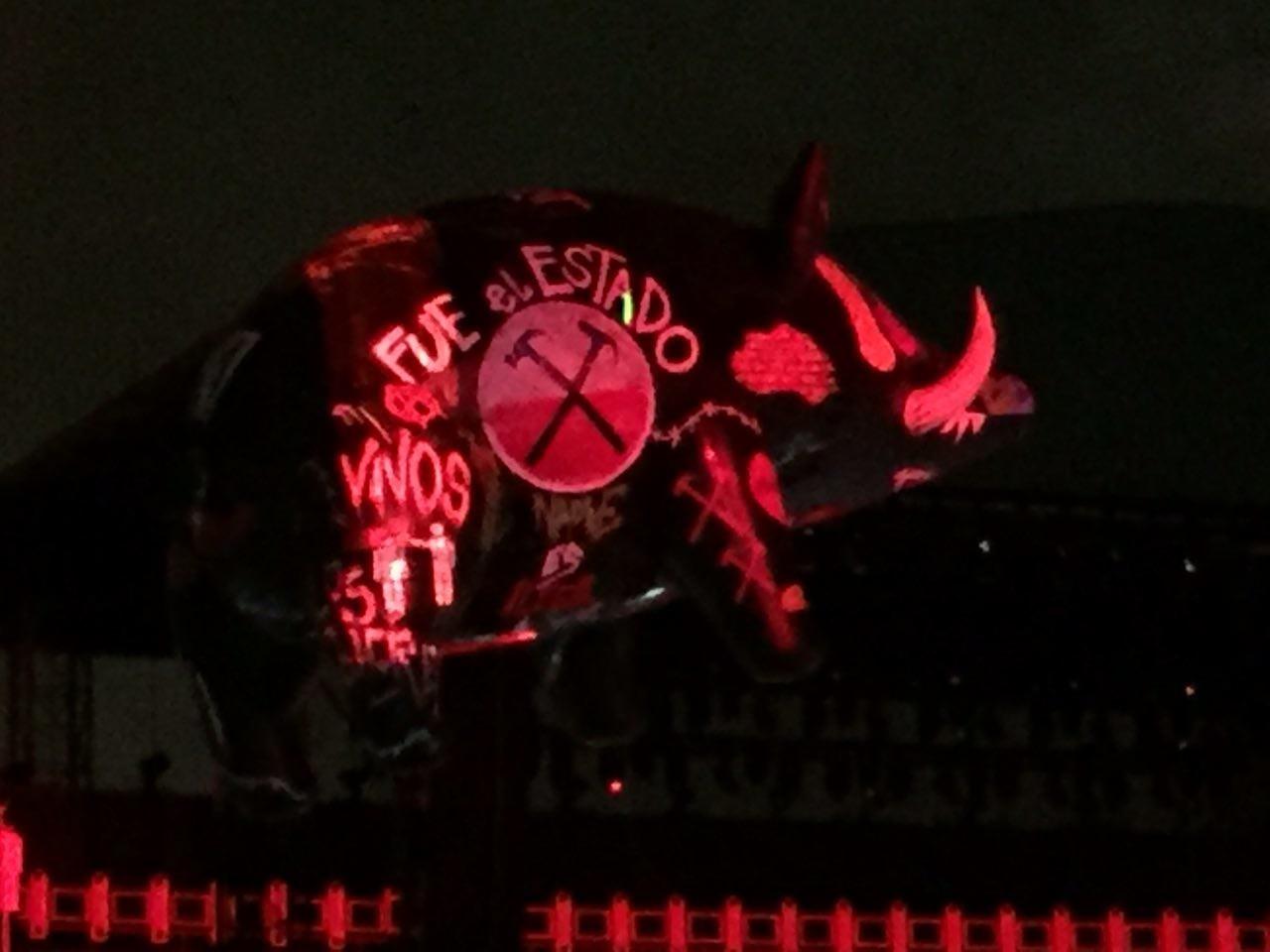 Cerdo aerostático con consignas lanzado durante el concierto de Roger Waters en México