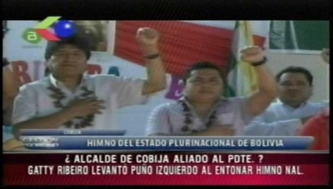 Alcalde de Cobija levanta el puño izquierdo junto a Morales al entonar el Himno Nacional