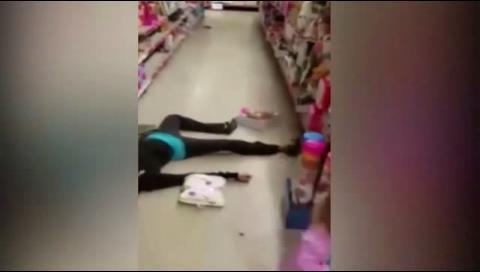 Una niña ruega a su madre que se levante mientras yace inerte por una sobredosis