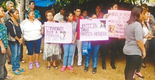 Familiares protestaron con carteles exigiendo castigo para el asesino