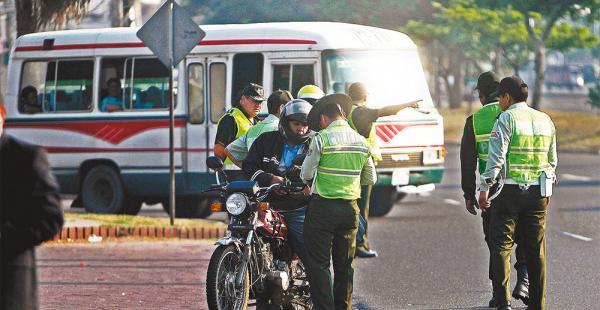 La Policía los multa por la infracción, pero el trámite de una nueva placa se hace en la Alcaldía