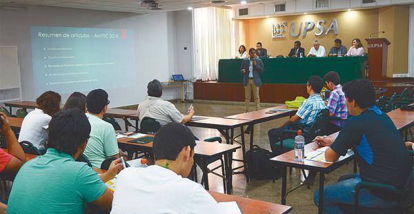 Las ponencias se realizaron en el aula magna de la Universidad Privada de Santa Cruz de la Sierra