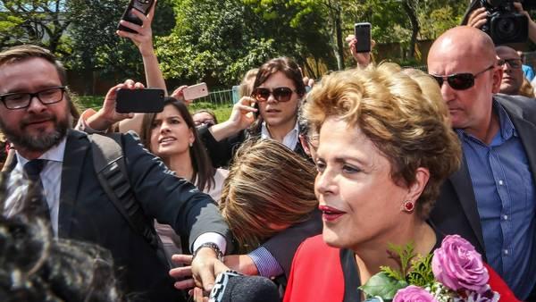 Voto. La ex presidente destituida, Dilma Rousseff, al sufragar hoy en Porto Alegre (AFP).