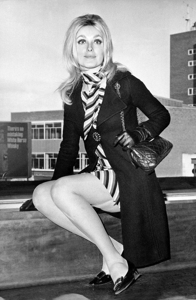 La historia de Sharon Tate es, sin duda, la más trágica de todas. La esposa del director Roman Polanski estaba embarazada de ocho meses cuando la Familia Manson —un grupo de seguidores del criminal Charles Manson— entró en su mansión de Bel Air (Los Ángeles) y le asesinó a ella y a otras tres personas que se encontraban en la casa. El director de cine estaba en ese momento en Londres. En la imagen, Sharon Tate antes de subir a un avión rumbo a Múnich, donde rodó