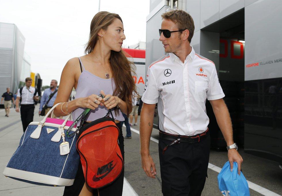 Jenson Button y su esposa, Jessica, sufrieron un robo mientras dormían en una villa de Saint Tropez en la que se encontraban de vacaciones en 2015. El piloto de fórmula 1 y su pareja fueron gaseados y se llevaron joyas muy valiosas, entre ellas el anillo de compromiso de la señora Button.