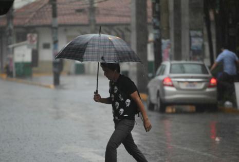 La gente tuvo que salir con paraguas para protegerse de la lluvia