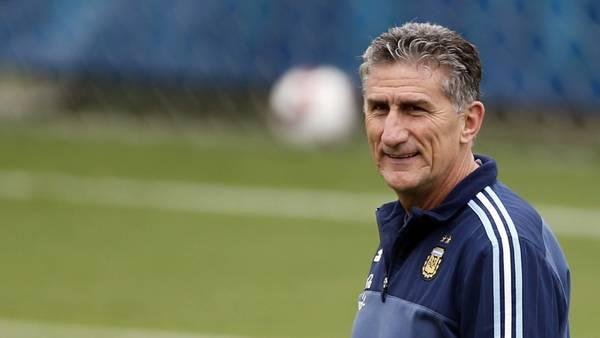 Bauza sonríe en la práctica de la Selección. (Gustavo Ortiz, enviado especial)