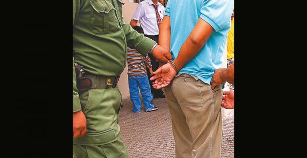 El acusado de violación cuando era detenido por la Policía