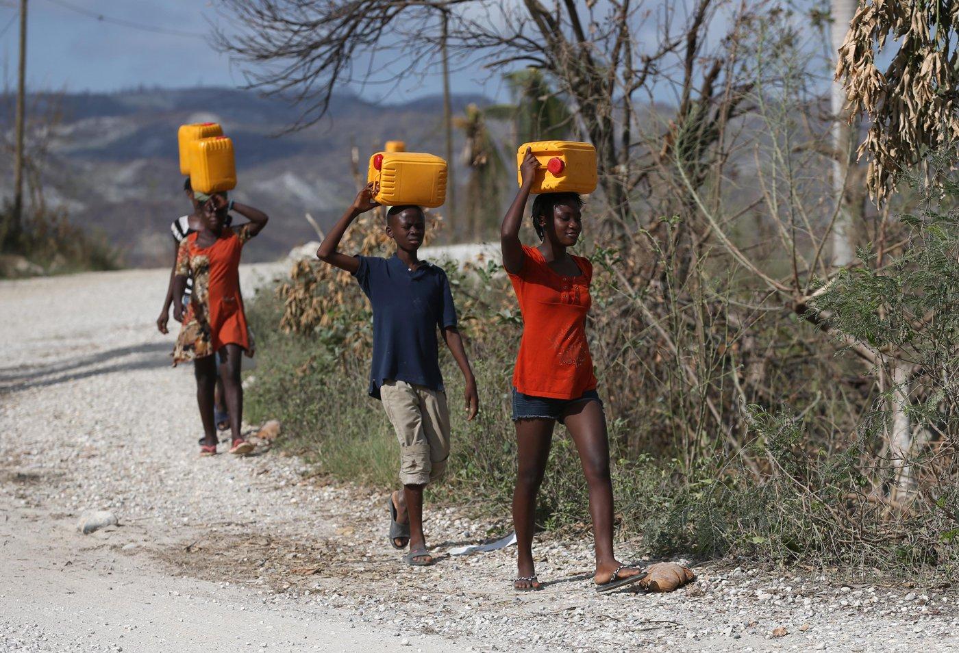 HAI01. JEREMIE (HAITI), 10/10/16.- Haitianos recolectan agua hoy, lunes 10 de octubre de 2016, tras el paso del huracán Matthew en Jeremie (Haití). La financiación es vital para apoyar la respuesta de las autoridades de Haití y la sociedad civil para cubrir las necesidades fundamentales de las poblaciones afectadas, tales como agua potable, alimentos y refugio para prevenir enfermedades infecciosas, señaló la ONU.EFE/Orlando Barría