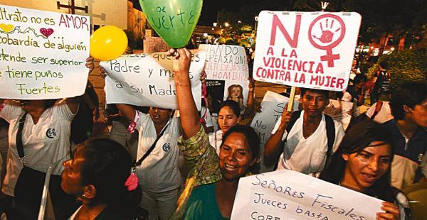 Numerosas mujeres y familiares marcharon anoche hasta la plaza principal en repudio contra la violencia y la corrupción