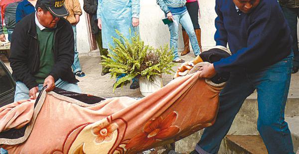 La Policía halló el cuerpo de la mujer en completo estado de descomposición dentro de una fosa. Hay tres detenidos