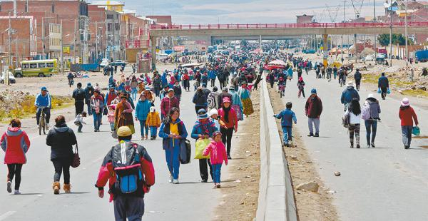 Los vecinos del distrito 8 de El Alto bloquearon la salida a Oruro. Estuvo dos días cerrada