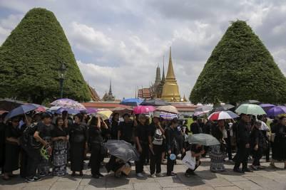 Largas colas para asistir a la ceremonia del baño del rey Bhumibol Adulyadej a las afueras del palacio real (EFE/DIEGO AZUBEL).