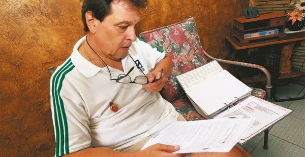 Castedo recibió a EL DEBER en su casa y mostró documentos de su historia clínica y de su proceso