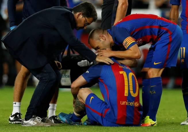 Messi, en el momento de caer lesionado ante el Atlético de Madrid (Reuters)