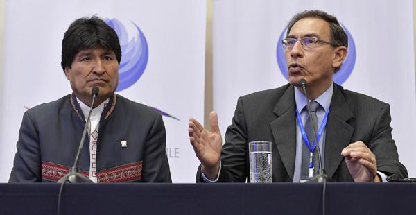 El presidente de Bolivia, Evo Morales, junto al vicepresidente de Perú, Martín Vizcarra