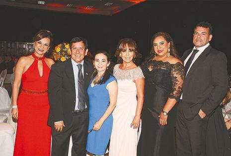 ELEGANTES. Silvana España, Juan José Hinojosa, Teresa Peña, Patricia Rengel, Roxana Rojas y Freddy Áñez, en medio del festejo