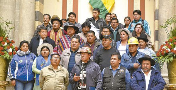 en las gradas de palacio los representantes de sectores sociales siguen con evo El Conalcam quiere reforzarse y Evo Morales quiere volver a hablar con las bases