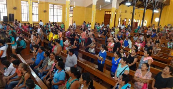 Una gran cantidad de personas asistió a la misa de cuerpo presente para dar su adiós a las víctimas de la balacera