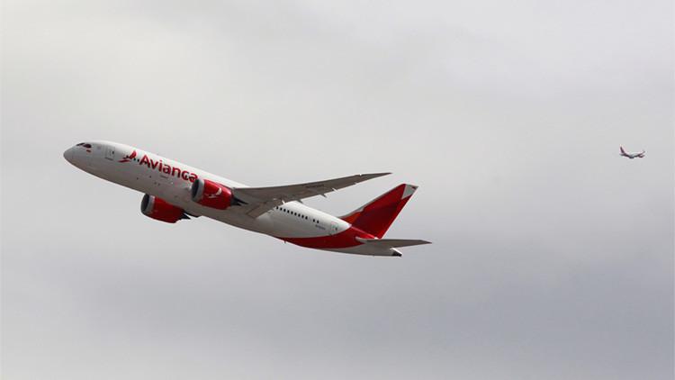Un avión de la aerolínea Avianca despega del aeropuerto El Dorado, en Bogotá (Colombia)