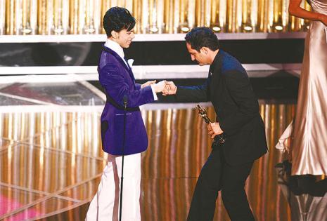 momentos de una vida de película Recibiendo el Oscar y como actor Prince le entregó el Òscar por el tema Al otro lado del río (arriba) En una escena de La suerte en tus manos, filme en la que él es protagonista.