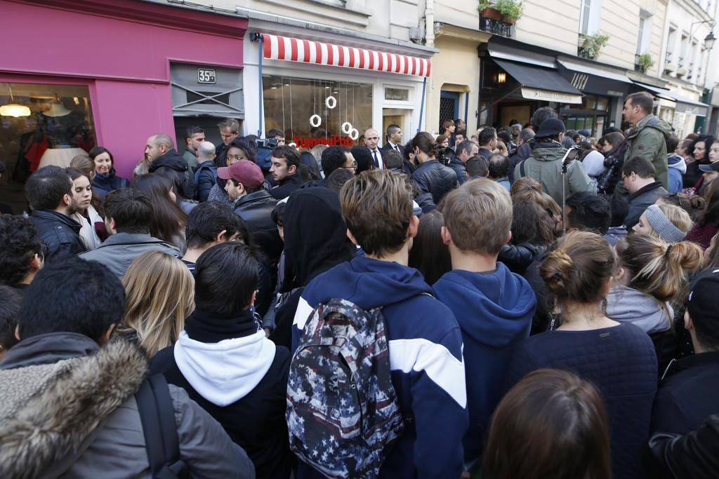 Una multitud no desperdició la oportunidad de conocer en persona a la famosa actriz (AFP)