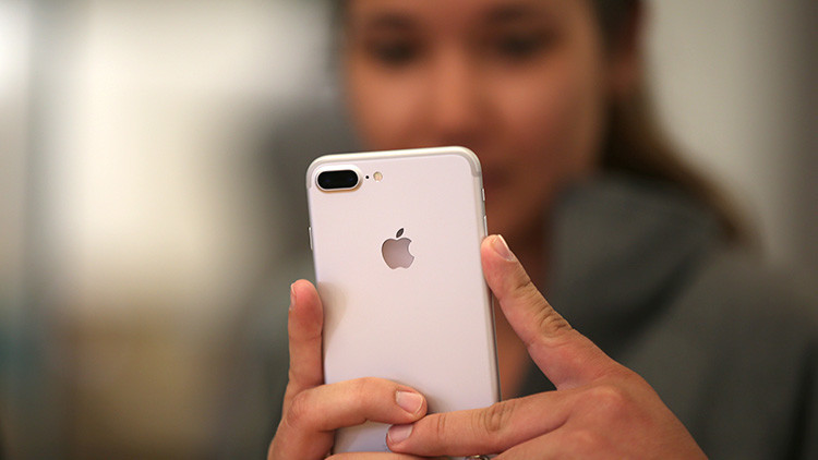 Un cliente ve el nuevo 'smartphone' iPhone 7 en  una tienda de Apple Inc. en Los Ángeles, California (EE.UU.). 16 de Septiembre, 2016