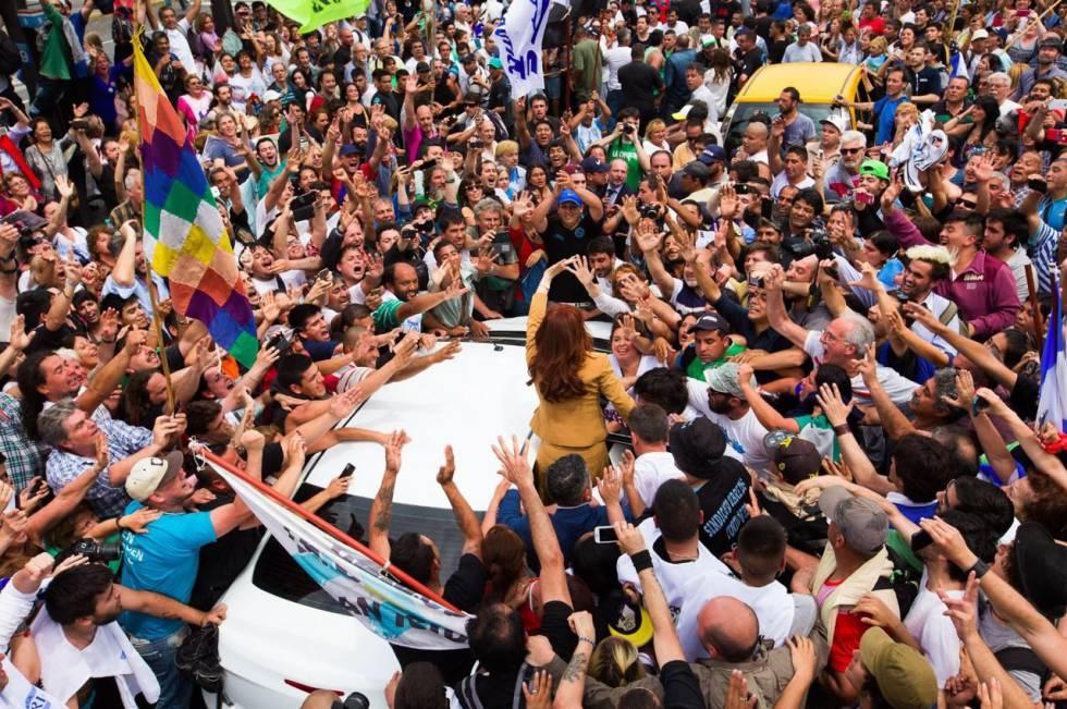 Seguidores de Cristina Kirchner la rodean a la salida de los tribunales federales en Buenos Aires.