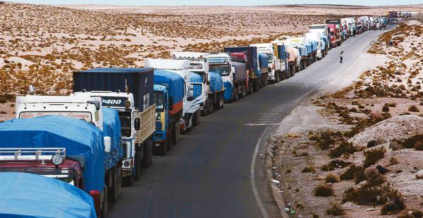 Los transportistas bolivianos están varados en la frontera con Chile. Hay tensión