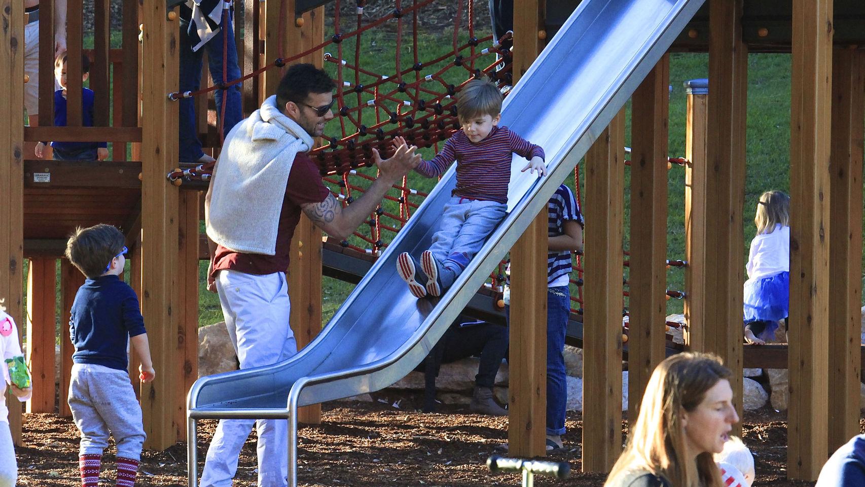 Ricky Martin con sus hijos en el parque.