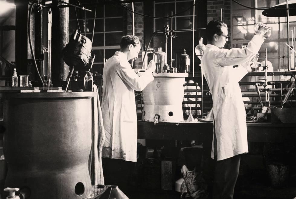 Técnicos refinando penicilina en un laboratorio de Reino Unido en 1943.