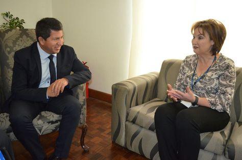 La Directora de Escenarios y Recursos del Consejo Mundial de Energí, Zulandi Van der Westhuizen en diálogo con el ministro Luis Sánchez. Foto: www.hidrocarburos.gob.bo