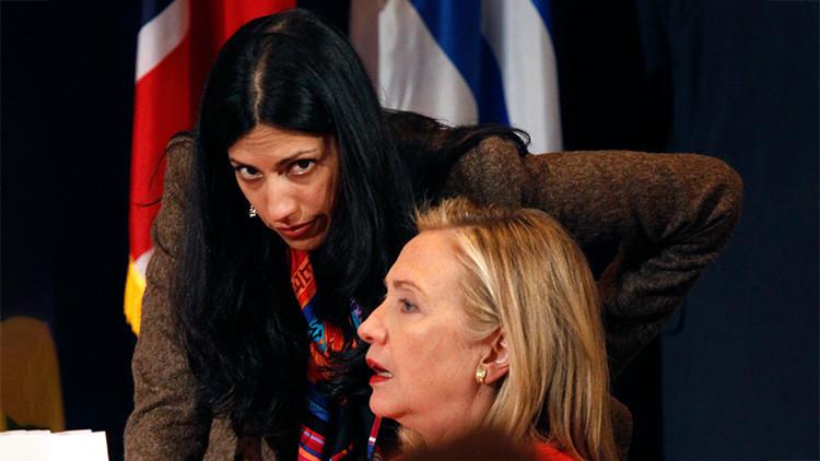 Hillary Clinton, Secretaria de Estado de EE.UU, conversa con Huma Abedin durante un evento en Nueva York. 20 de septiembre de 2011.