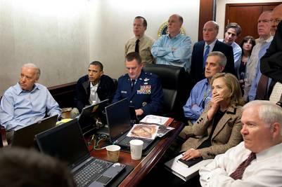 El presidente Obama y sus más altos funcionarios siguen el operativo para atrapar a Bin Laden desde una sala especial en la Casa Blanca. / AP